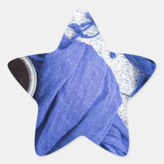 Lenço azul amarrado em torno da caneca com café adesito estrela