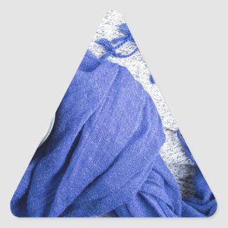 Lenço azul amarrado em torno da caneca com café adesivo triangular