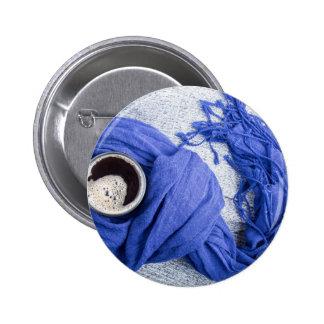 Lenço azul amarrado em torno da caneca com café bóton redondo 5.08cm