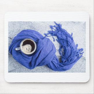Lenço azul amarrado em torno da caneca com café mouse pad