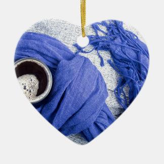 Lenço azul amarrado em torno da caneca com café ornamento de cerâmica coração