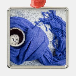 Lenço azul amarrado em torno da caneca com café ornamento quadrado cor prata