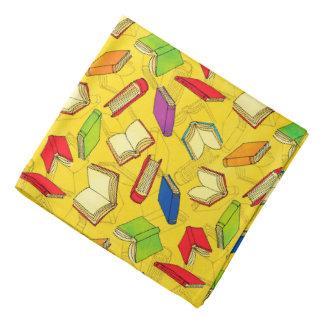 Lenço Os livros modelam no amarelo