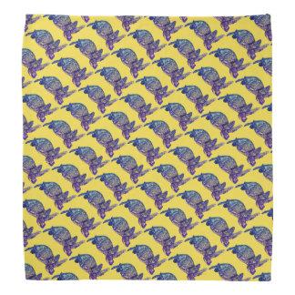 Lenço Tartaruga de mar modelada no amarelo
