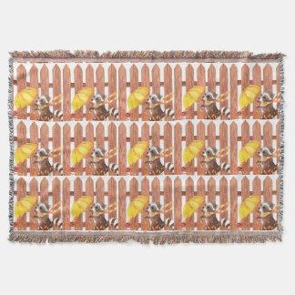 Lençol racoon com guarda-chuva que anda pela cerca