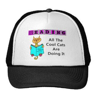 Lendo, todos os gatos legal estão fazendo-o bonés