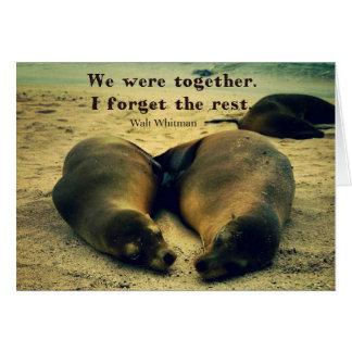 Leões de mar das citações do casal do amor na cartão comemorativo