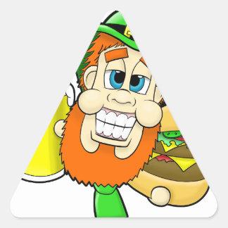 Leprechaun que guardara o hamburguer & a cerveja adesivo triangular
