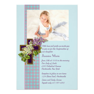 Lilacs e convite religioso da foto do crucifixo
