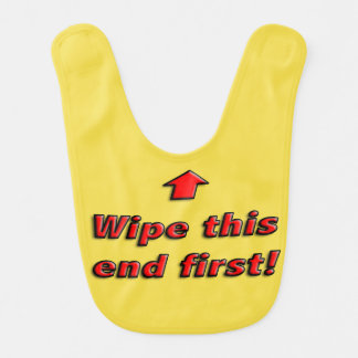 Limpe o babador deste bebê da extremidade primeiro