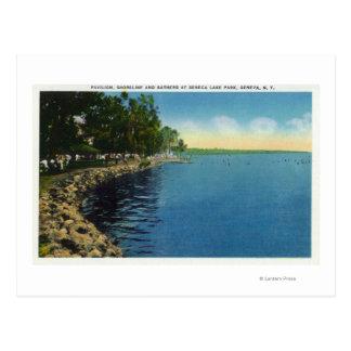 Linha costeira, pavilhão, e nadadores cartão postal