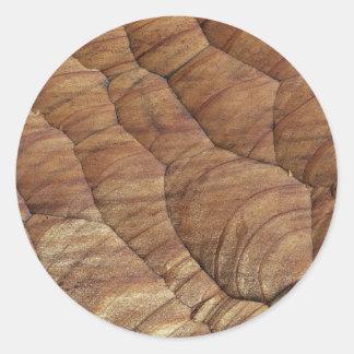 Linhas cinzeladas na madeira marrom pálida adesivos redondos