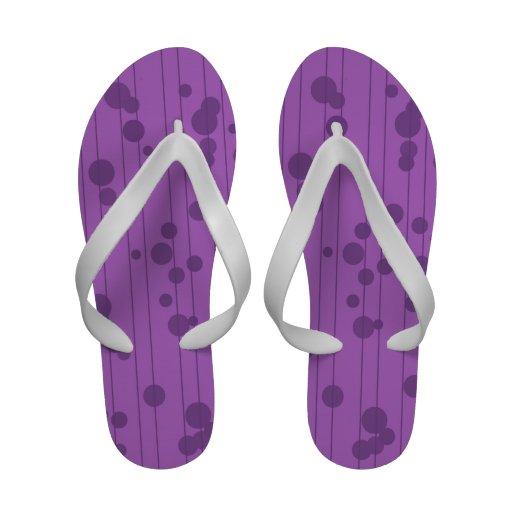 Linhas roxas e pontos malva e violetas sandálias de praia