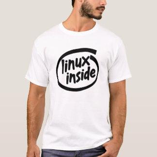 Linux dentro da camisa do software livre T do