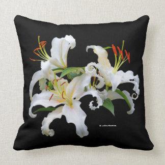 Lírios orientais brancos elegantes de Casablanca Almofada