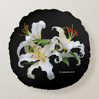 Lírios orientais brancos elegantes de Casablanca Almofada Redonda