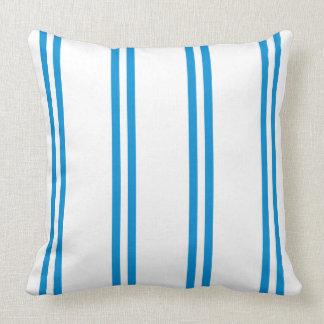 Listras dobro azuis do verão no branco almofada