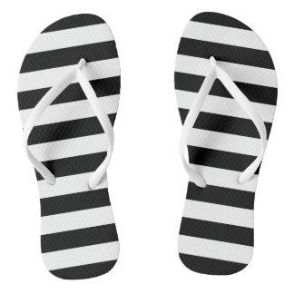 Listras em sandálias do preto  