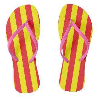 Listras verticais amarelas e vermelhas chinelos