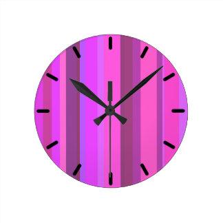 Listras verticais cor-de-rosa relógio de parede