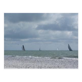 Litoral da praia durante a regata no verão cartão postal