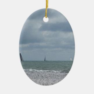Litoral da praia durante a regata no verão ornamento de cerâmica oval
