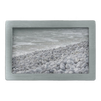 Litoral da praia em um dia nebuloso no verão
