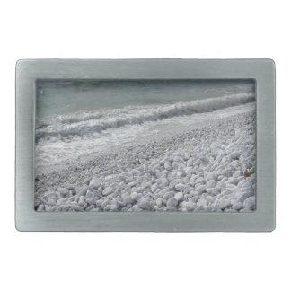 Litoral de uma praia em um dia nebuloso no verão