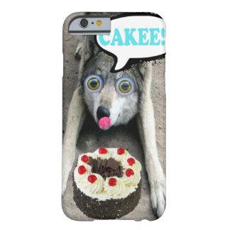 Lobo engraçado que olha umas capas de iphone do