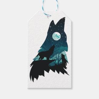 Lobo que urra com floresta etiqueta para presente
