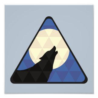 Lobo que urra na lua grande com design do foto artes