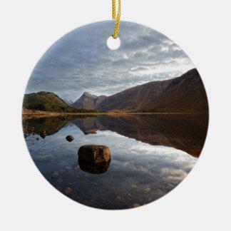 Loch Etive. Glencoe nas montanhas escocesas Ornamento De Cerâmica Redondo