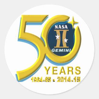 Logotipo do aniversário dos Gêmeos 50th Adesivos Em Formato Redondos