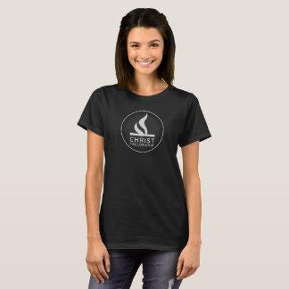 Logotipo redondo na camisa escura das mulheres