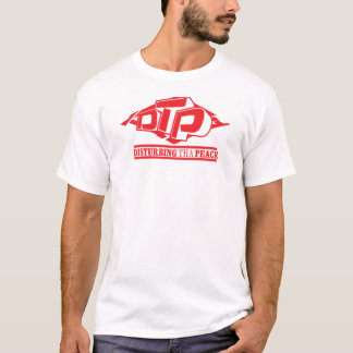 Logotipo vermelho do DTP no t-shirt branco das