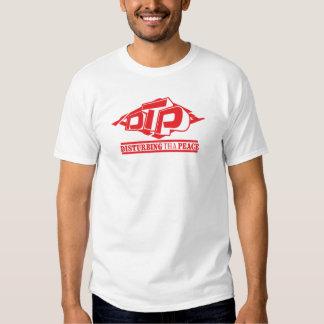 Logotipo vermelho do DTP no t-shirt branco dos