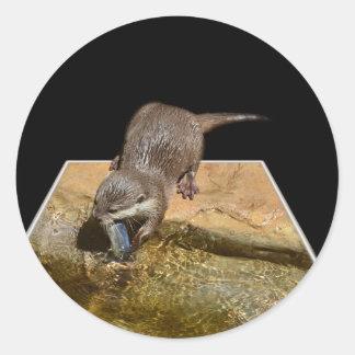 Lontra que come etiquetas redondas da arte