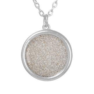 Lote de pedras cinzentas do cascalho como o fundo colar banhado a prata