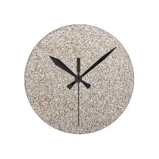 Lote de pedras cinzentas do cascalho como o fundo relógio redondo