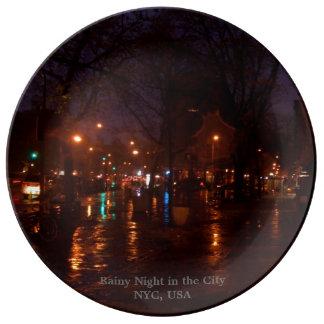 Louça De Jantar Noite chuvosa nas placas de coletores da cidade