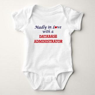 Louca no amor com um administrador de base de body para bebê