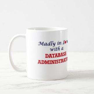 Louca no amor com um administrador de base de caneca de café