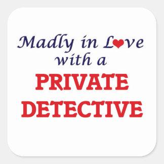 Louca no amor com um detetive privado adesivo quadrado