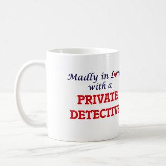 Louca no amor com um detetive privado caneca de café