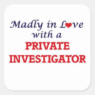 Louca no amor com um investigador privado adesivo quadrado