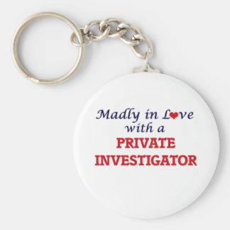 Louca no amor com um investigador privado chaveiro