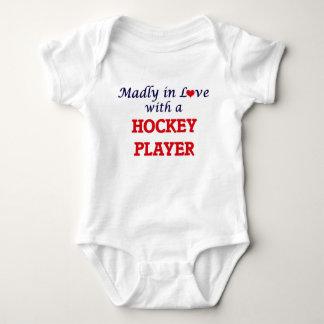 Louca no amor com um jogador de hóquei body para bebê