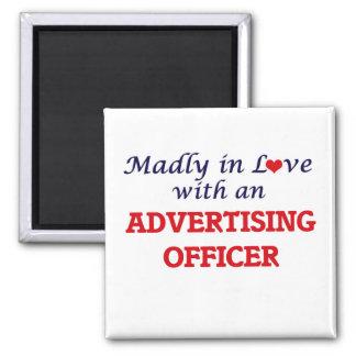Louca no amor com um oficial da propaganda ímã quadrado