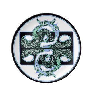 Louça Sereias e espelhos em uma placa da porcelana