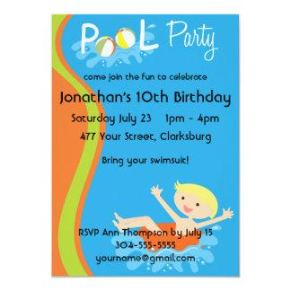 Louro do menino da festa na piscina convites